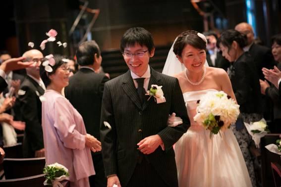 4d27537843392 人前式といえど、メリハリをつけてキチンと結婚式を行ったおふたり。 退場シーンでは多くの笑顔とフラワーシャワーで祝福され、笑顔 で参列者にお答えをされました。
