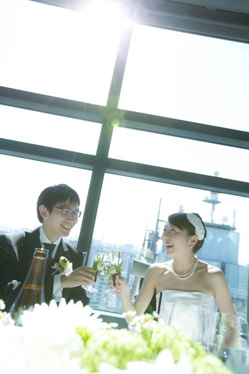 e86f17891567e 披露宴も無事に開宴! おふたりも笑顔で乾杯です! 「湿度0%の結婚式」にぴったりの1日です。
