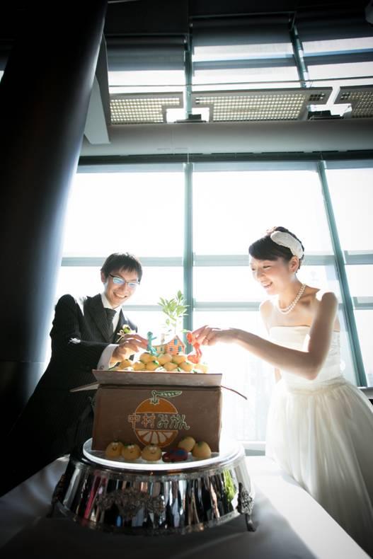 598628b20893a そして、このウェディングケーキにナイフを入れるのは嫌だー!ということで、おふたりが大好きな「ココペリ」を新郎新婦に見立てて作ってもらい、それをケーキに置く  ...
