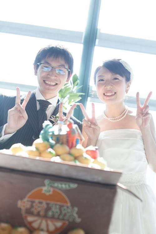 80a32d55d59db おふたりの夢が詰まったウェディングケーキをゲストの皆様は証人としてたくさんの方がお写真を撮っていらっしゃいました。  デザートの企画者である純子さんも大絶賛の ...