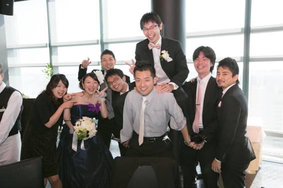 e70d1c2272106 挙式では立会人を務めてくださったご夫妻のいらっしゃるテーブルではこんな歓迎を受けました! 「湿度0%の結婚式」は「ゲストの笑顔100%の結婚式 」となりました。