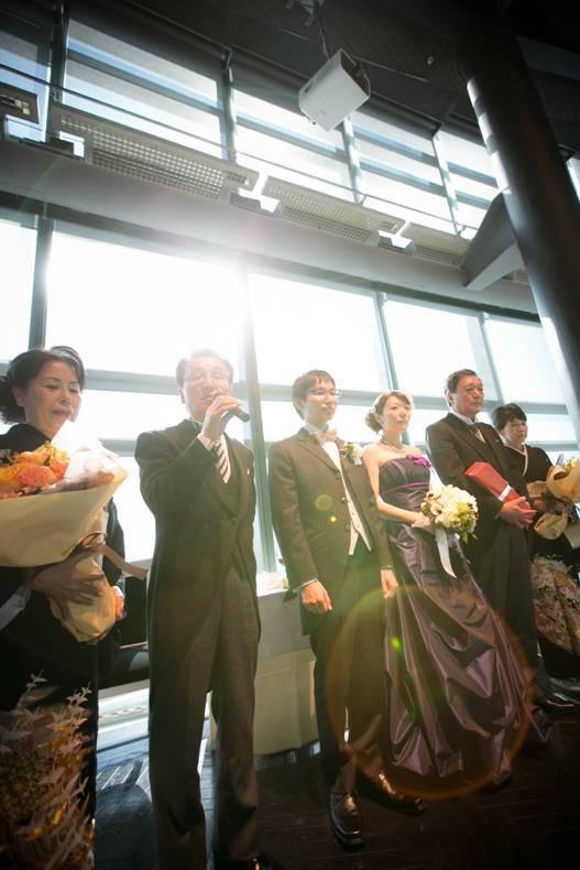64e706a1bd386 新郎のお父様よりゲストの皆様へお礼のご挨拶。 お父様の言葉に、ふたりの将来への気持ちに身が引き締まる、そんなご挨拶でした。 結婚式 ...